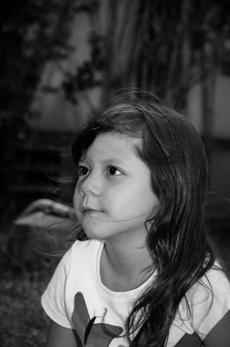 aniversariante também participa das brincadeiras na Festa infantil Paulina Chieko 5 anos, condomínio Saúde, São Paulo, SP, tema da festa meninas super poderosas