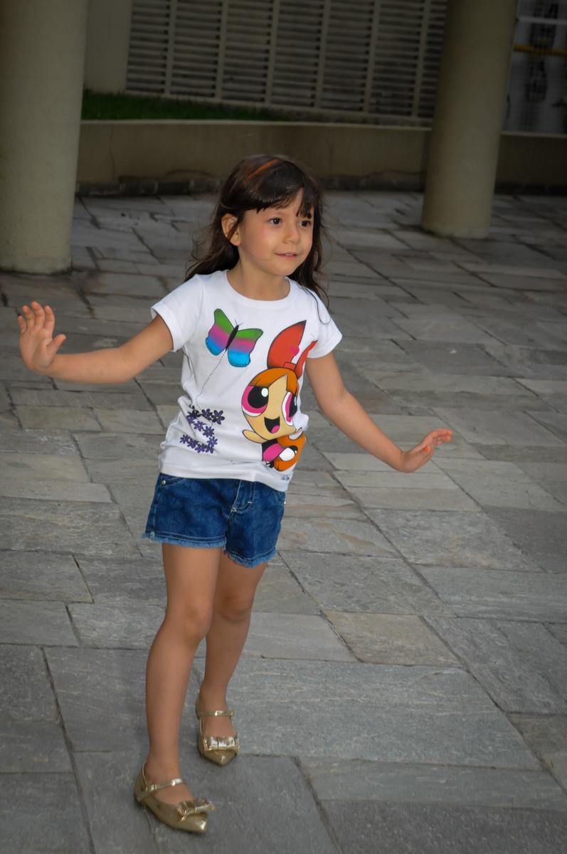 brincando de morto e vivi na Festa infantil Paulina Chieko 5 anos, condomínio Saúde, São Paulo, SP, tema da festa meninas super poderosas