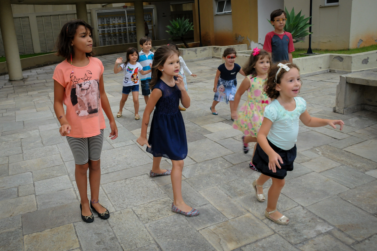 todos correm para brincar na Festa infantil Paulina Chieko 5 anos, condomínio Saúde, São Paulo, SP, tema da festa meninas super poderosas