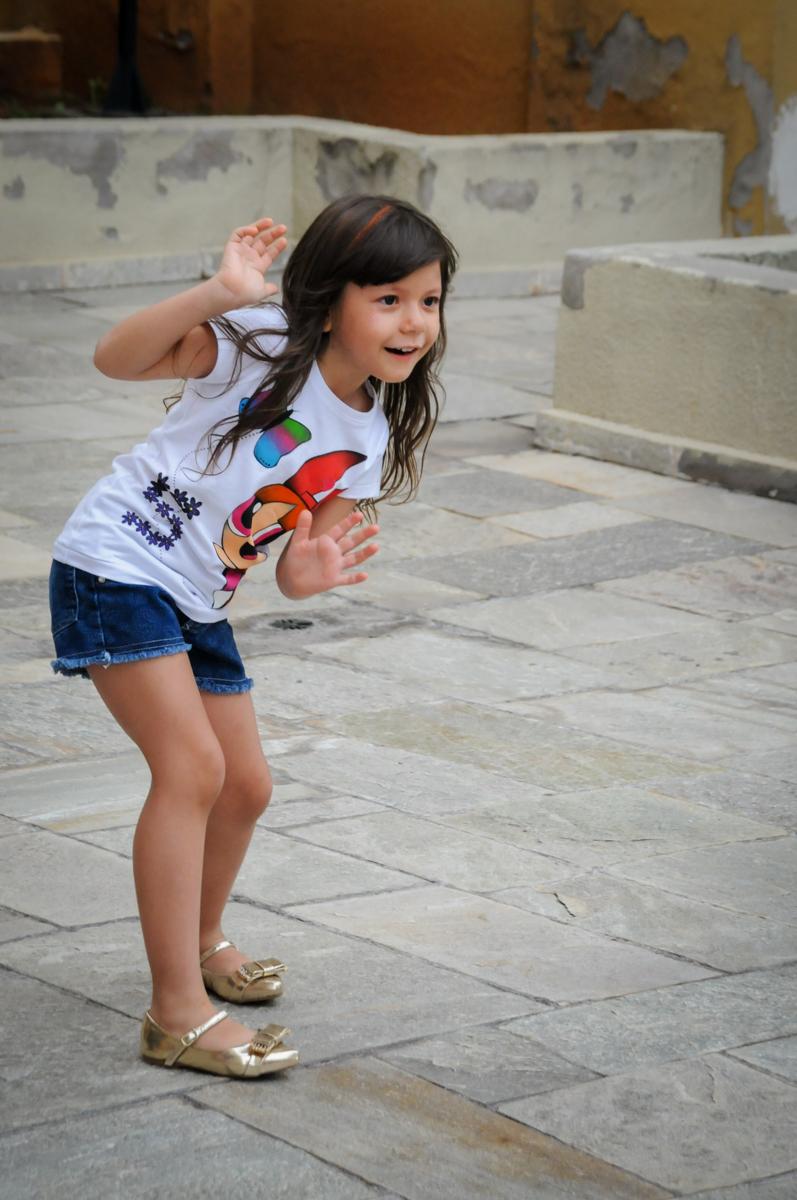 brincando agora de estátua na Festa infantil Paulina Chieko 5 anos, condomínio Saúde, São Paulo, SP, tema da festa meninas super poderosas