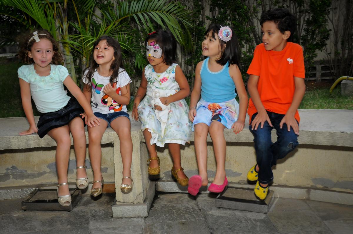 todas sentadas aguardando para brincar na Festa infantil Paulina Chieko 5 anos, condomínio Saúde, São Paulo, SP, tema da festa meninas super poderosas