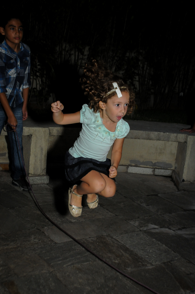 brincando de pular corda na Festa infantil Paulina Chieko 5 anos, condomínio Saúde, São Paulo, SP, tema da festa meninas super poderosas