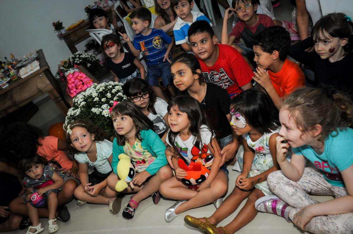 vai começar o show de mágico na Festa infantil Paulina Chieko 5 anos, condomínio Saúde, São Paulo, SP, tema da festa meninas super poderosas