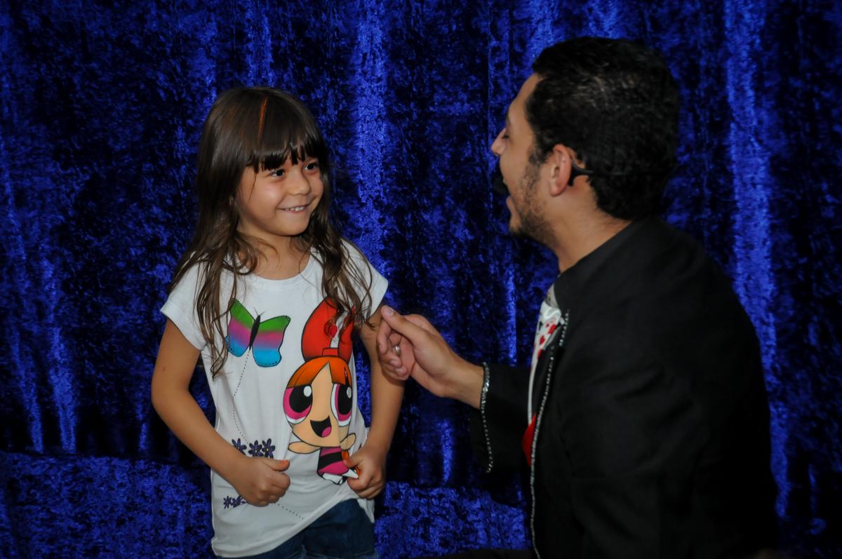 o mágico chama a aniversariante para participar na Festa infantil Paulina Chieko 5 anos, condomínio Saúde, São Paulo, SP, tema da festa meninas super poderosas
