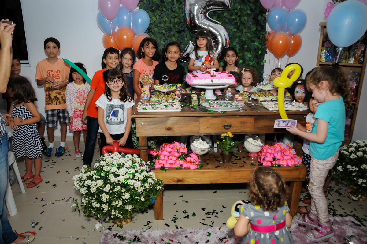 foto de todos os amigos na Festa infantil Paulina Chieko 5 anos, condomínio Saúde, São Paulo, SP, tema da festa meninas super poderosas
