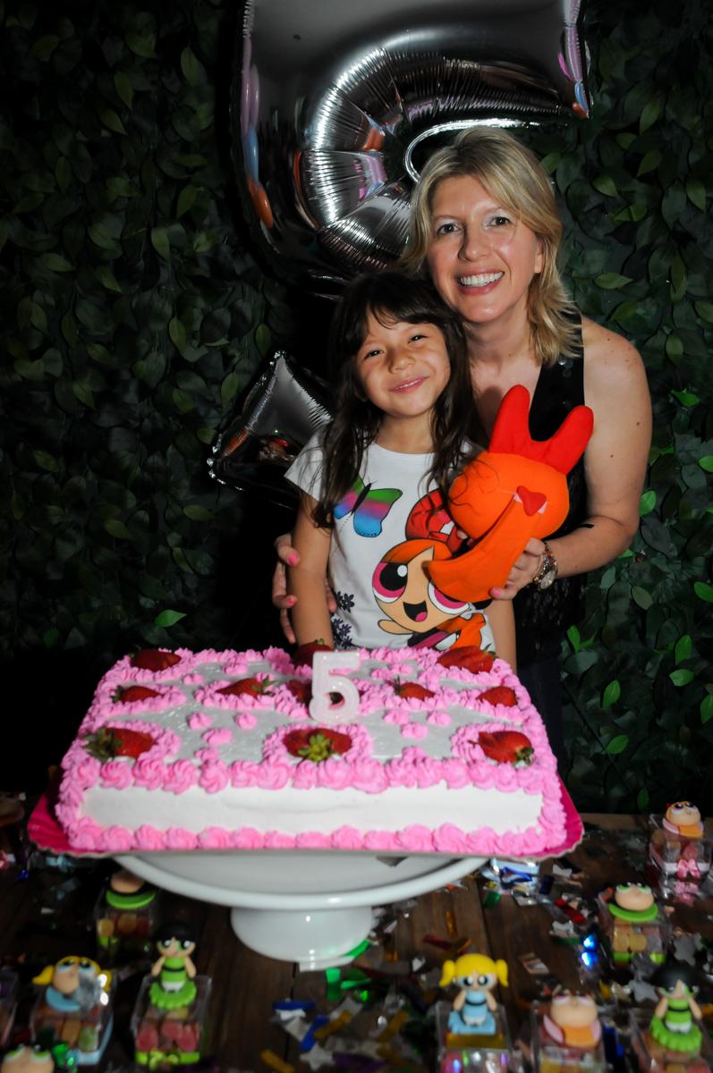 final de festa, foto da aniversariante com sua mãe na Festa infantil Paulina Chieko 5 anos, condomínio Saúde, São Paulo, SP, tema da festa meninas super poderosas