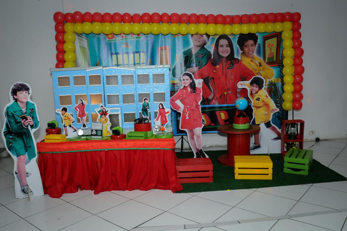 mesa decorada para festa infantil no Buffet Zezé e Lelé, Butantã, SP, aniversário de Pedro 6 anos e Giovana 4 anos, tema da mesa Detetives do Prédio Prédio Azul