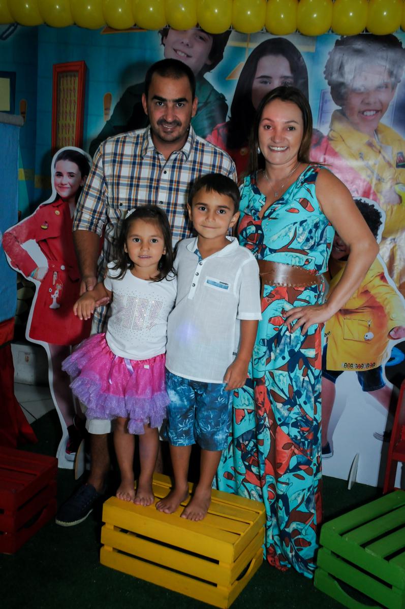 família sendo fotografada na mesa decorada no Buffet Zezé e Lelé, Butantã, SP, aniversário de Pedro 6 anos e Giovana 4 anos, tema da mesa Detetives do Prédio Prédio Azul