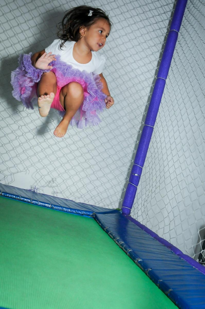 quem pula mais alto na cama elástica no Buffet Zezé e Lelé, Butantã, SP, aniversário de Pedro 6 anos e Giovana 4 anos, tema da mesa Detetives do Prédio Prédio Azul