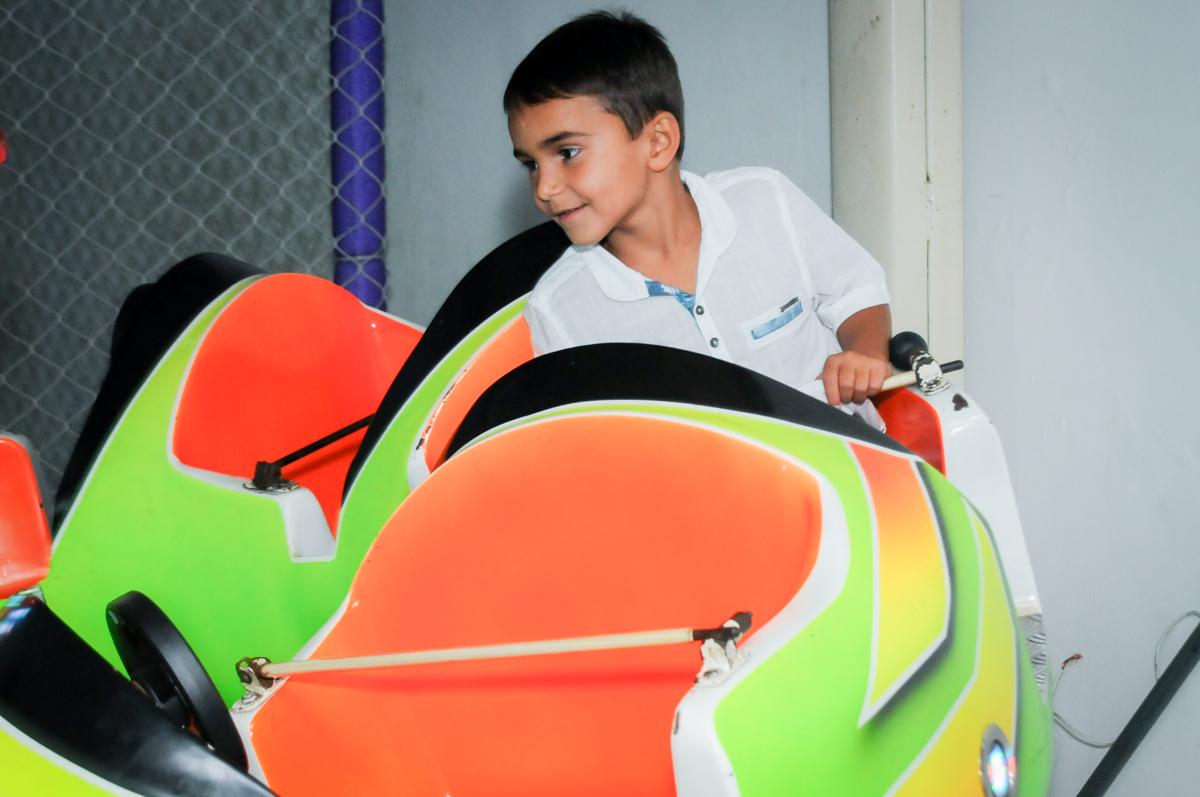 o carrossel é um brinquedo bem procurado no Buffet Zezé e Lelé, Butantã, SP, aniversário de Pedro 6 anos e Giovana 4 anos, tema da mesa Detetives do Prédio Prédio Azul