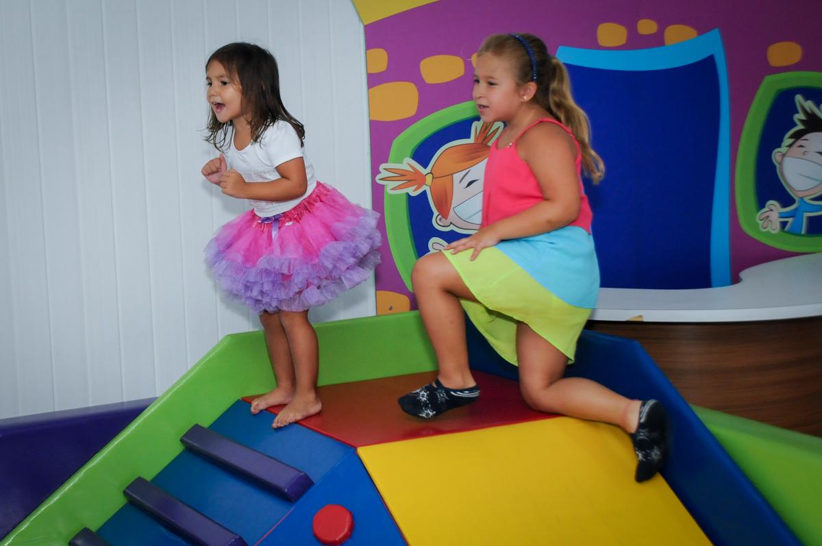 muita baunça na área baby no Buffet Zezé e Lelé, Butantã, SP, aniversário de Pedro 6 anos e Giovana 4 anos, tema da mesa Detetives do Prédio Prédio Azul