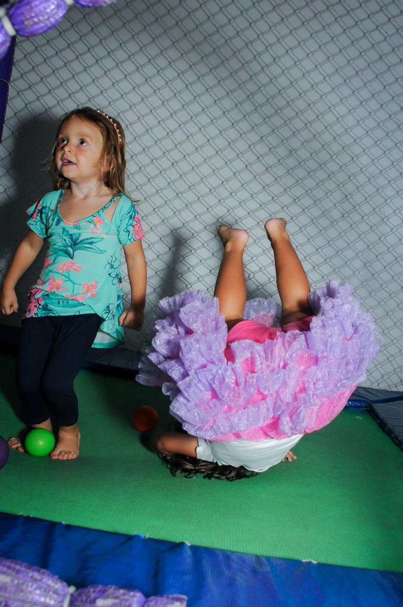 vejam a cambalhota no pula pula no Buffet Zezé e Lelé, Butantã, SP, aniversário de Pedro 6 anos e Giovana 4 anos, tema da mesa Detetives do Prédio Prédio Azul