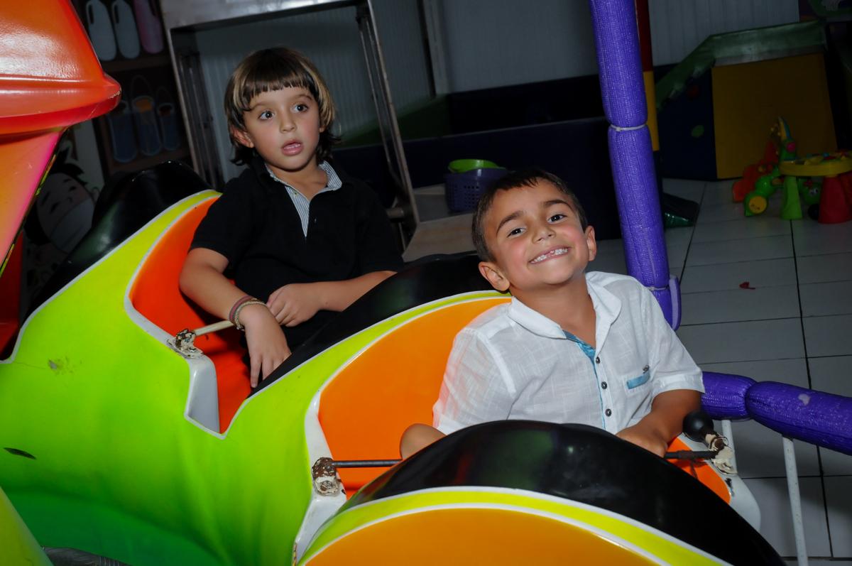sorrisos gostosos das crianças na festa de aniversário no Buffet Zezé e Lelé, Butantã, SP, aniversário de Pedro 6 anos e Giovana 4 anos, tema da mesa Detetives do Prédio Prédio Azul