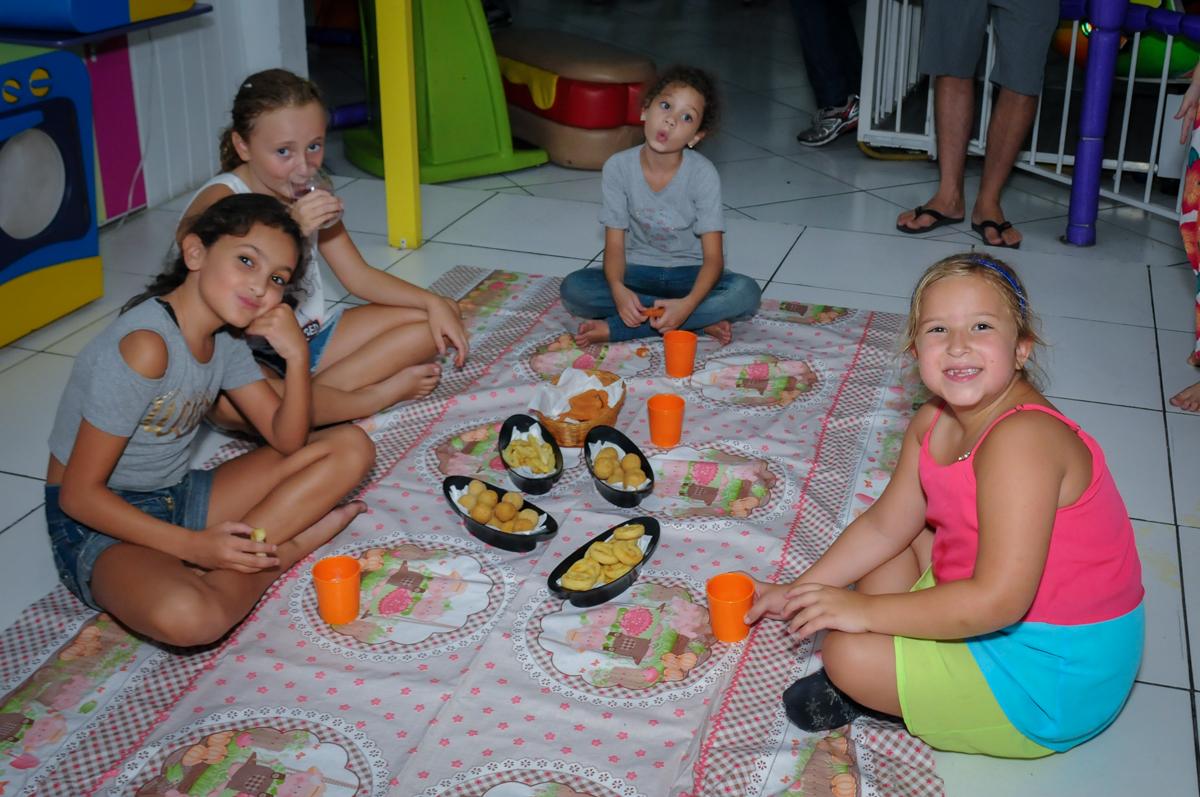 hora do lanchinho no Buffet Zezé e Lelé, Butantã, SP, aniversário de Pedro 6 anos e Giovana 4 anos, tema da mesa Detetives do Prédio Prédio Azul