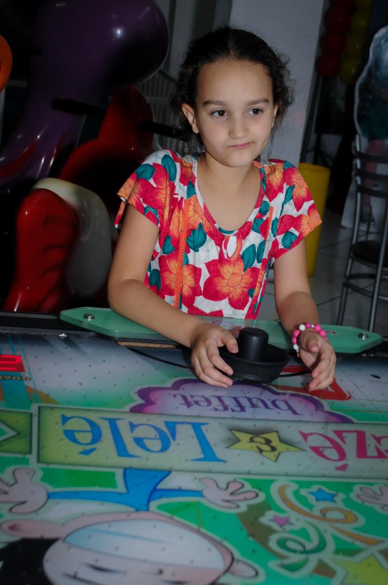 amiguinha brinca animada no Buffet Zezé e Lelé, Butantã, SP, aniversário de Pedro 6 anos e Giovana 4 anos, tema da mesa Detetives do Prédio Prédio Azul