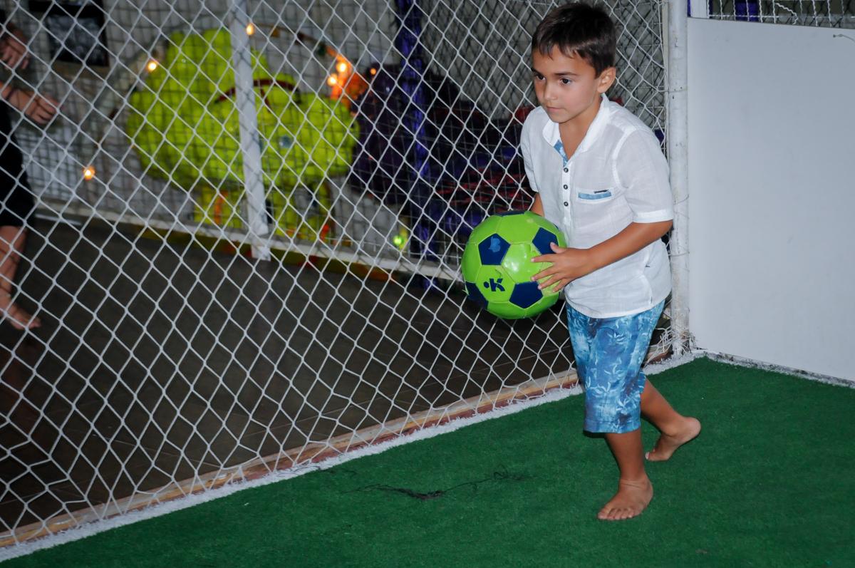 Futebol com muitos gols no Buffet Zezé e Lelé, Butantã, SP, aniversário de Pedro 6 anos e Giovana 4 anos, tema da mesa Detetives do Prédio Prédio Azul