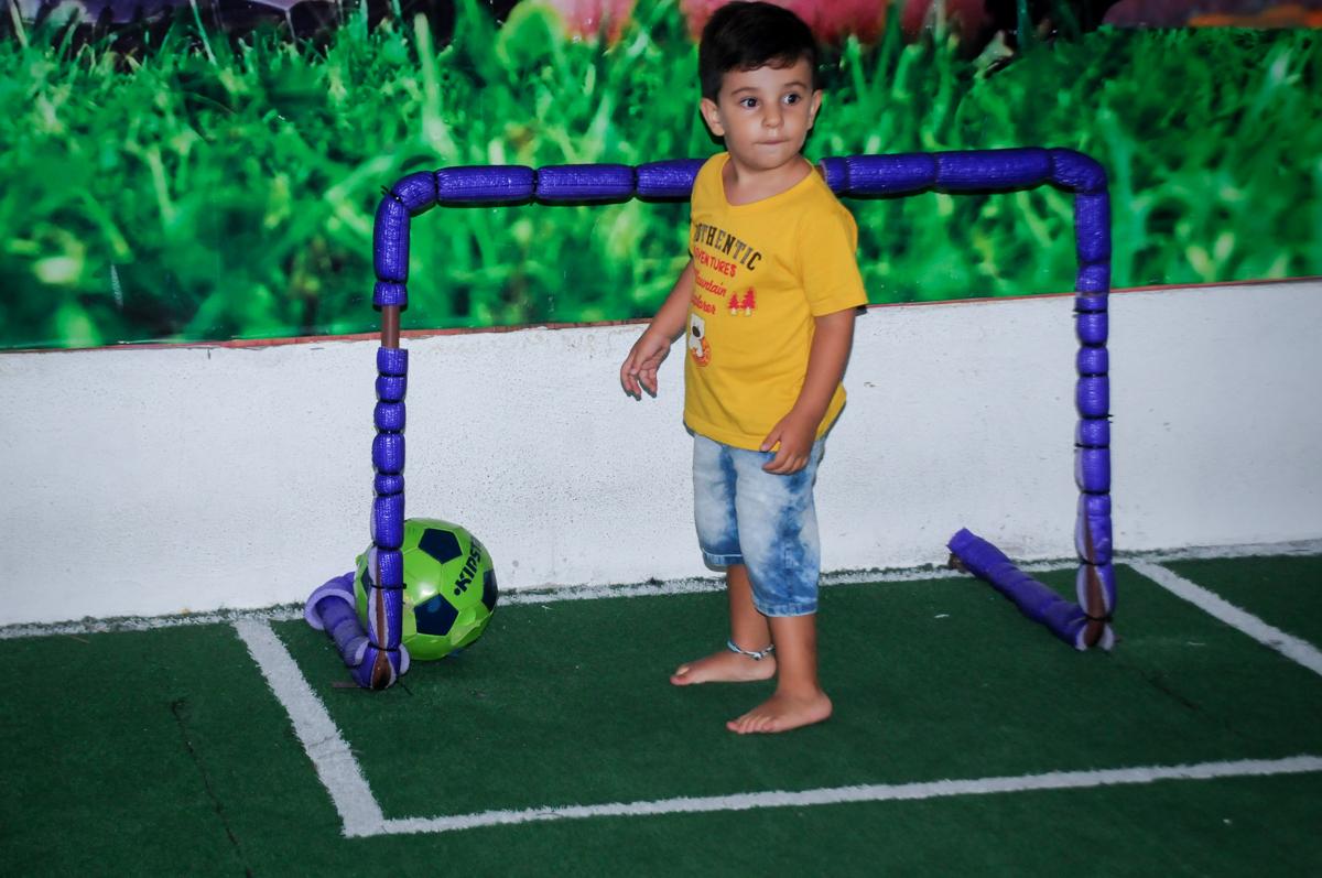 O goleiro agarra todas as bolas no futebol do Buffet Zezé e Lelé, Butantã, SP, aniversário de Pedro 6 anos e Giovana 4 anos, tema da mesa Detetives do Prédio Prédio Azul