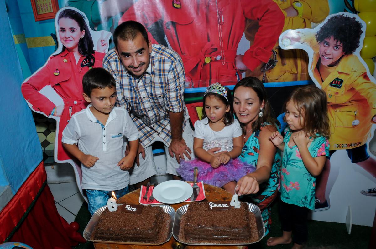 soprando a velinha do bolo no Buffet Zezé e Lelé, Butantã, SP, aniversário de Pedro 6 anos e Giovana 4 anos, tema da mesa Detetives do Prédio Prédio Azul