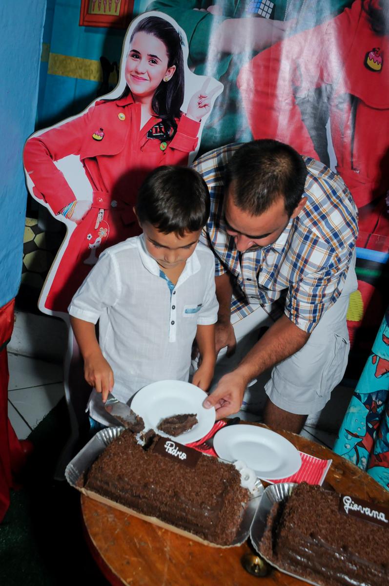 cortando o primeiro pedaço do bolo no Buffet Zezé e Lelé, Butantã, SP, aniversário de Pedro 6 anos e Giovana 4 anos, tema da mesa Detetives do Prédio Prédio Azul