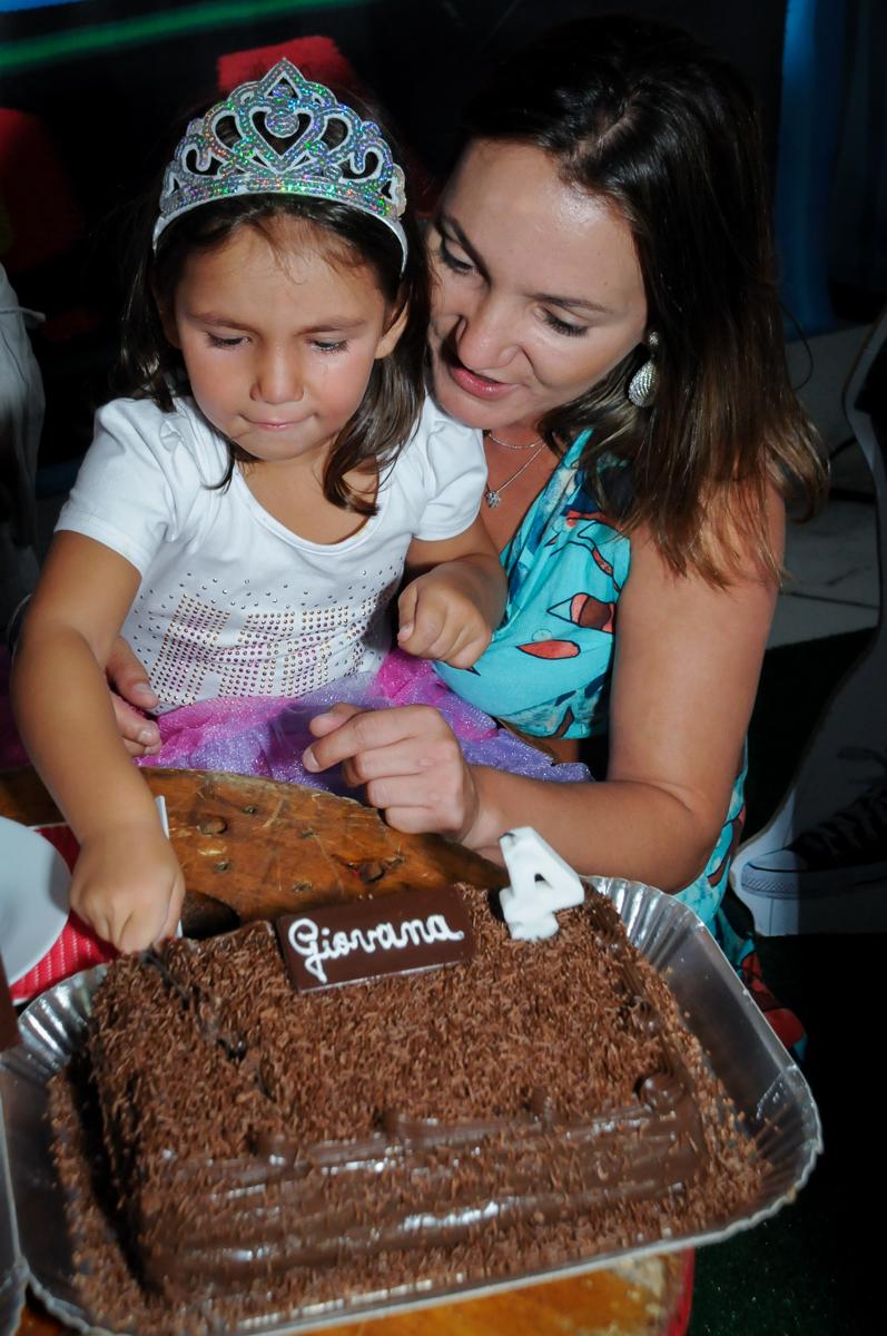 quem vai ganhar o primeiro pedaço de bolo na festa intantil no Buffet Zezé e Lelé, Butantã, SP, aniversário de Pedro 6 anos e Giovana 4 anos, tema da mesa Detetives do Prédio Prédio Azul