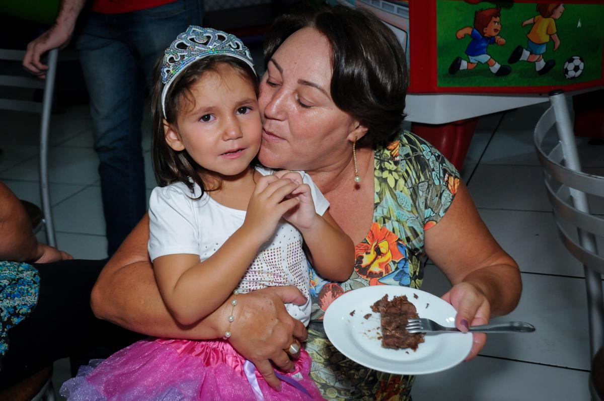 A vovó ganhou o primeiro pedaço de bolo no Buffet Zezé e Lelé, Butantã, SP, aniversário de Pedro 6 anos e Giovana 4 anos, tema da mesa Detetives do Prédio Prédio Azul