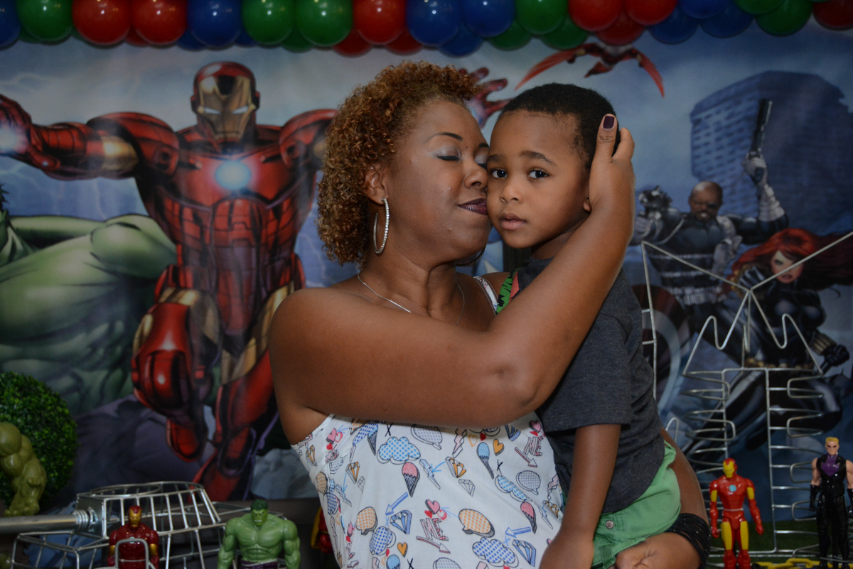 aniversariante recebe carinho de sua mãe no Buffet Fábrica da Alegria Morumbi, São Paulo, tema da festa Super Heróis, João Pedro 3 anos
