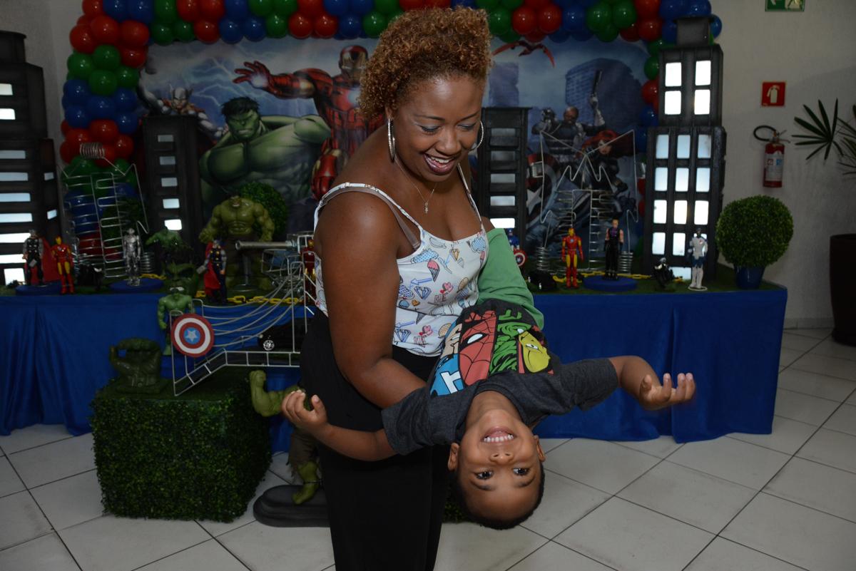 brincadeiras mãe e aniversariante no Buffet Fábrica da Alegria Morumbi, São Paulo, tema da festa Super Heróis, João Pedro 3 anos