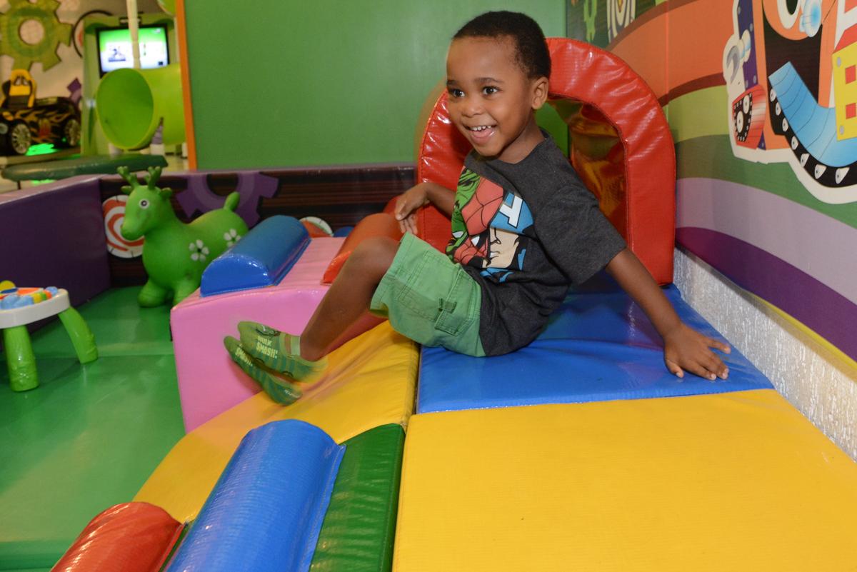 brincando na área baby no Buffet Fábrica da Alegria Morumbi, São Paulo, tema da festa Super Heróis, João Pedro 3 anos