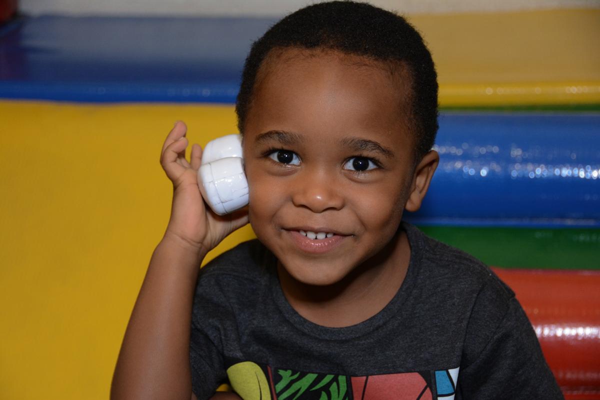 telefonando para amiguinho na área baby no Buffet Fábrica da Alegria Morumbi, São Paulo, tema da festa Super Heróis, João Pedro 3 anos