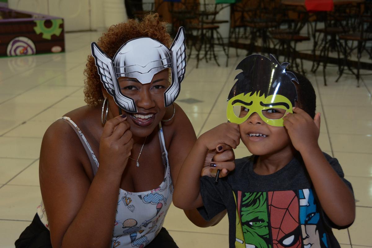 mamãe e filhinho de máscara no Buffet Fábrica da Alegria Morumbi, São Paulo, tema da festa Super Heróis, João Pedro 3 anos
