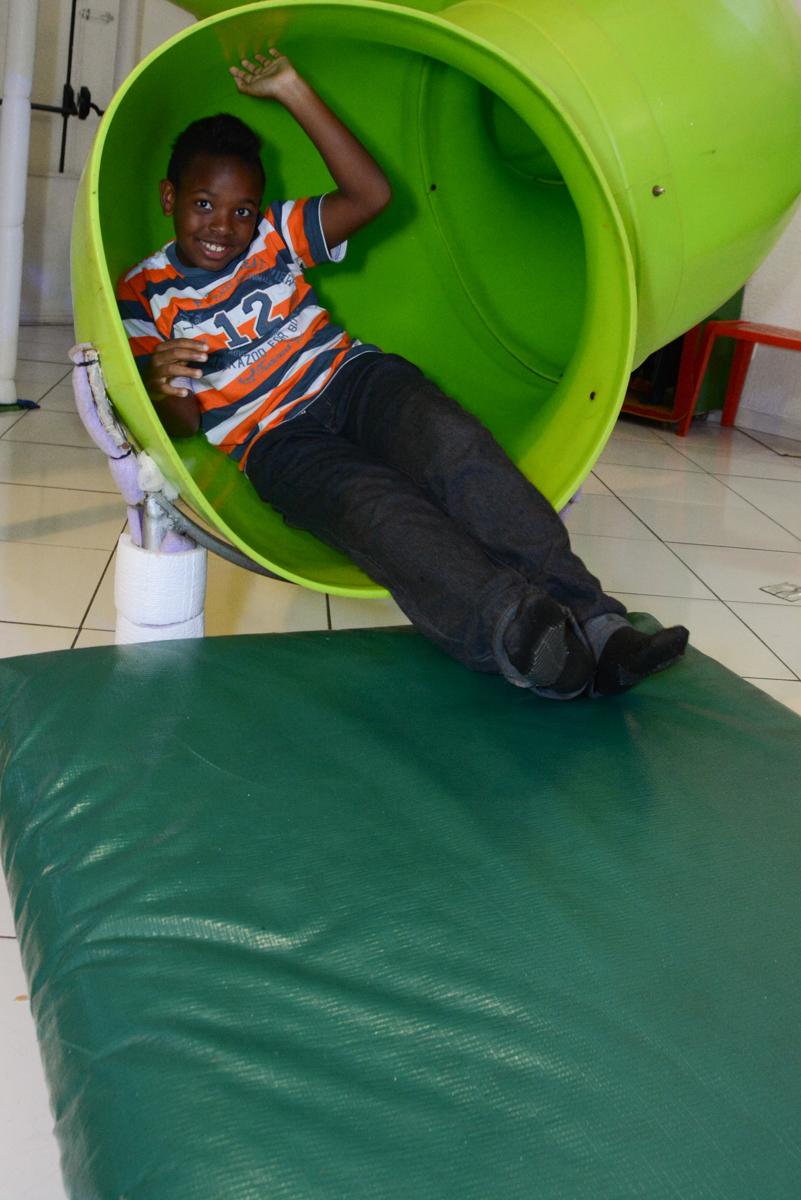 amigo também brinca no escorregador no Buffet Fábrica da Alegria Morumbi, São Paulo, tema da festa Super Heróis, João Pedro 3 anos