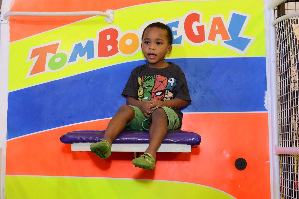 Brincando no tombo legal no Buffet Fábrica da Alegria Morumbi, São Paulo, tema da festa Super Heróis, João Pedro 3 anos