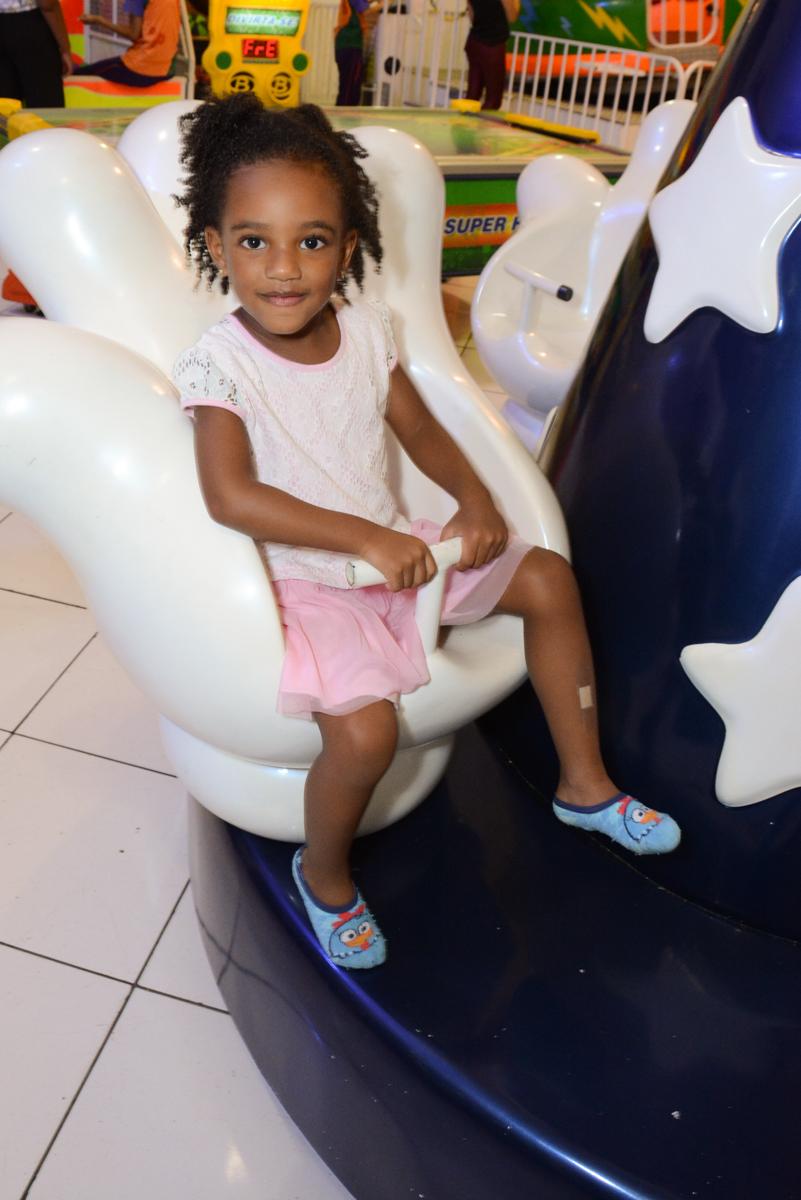 hora de brincar no carrossel no Buffet Fábrica da Alegria Morumbi, São Paulo, tema da festa Super Heróis, João Pedro 3 anos