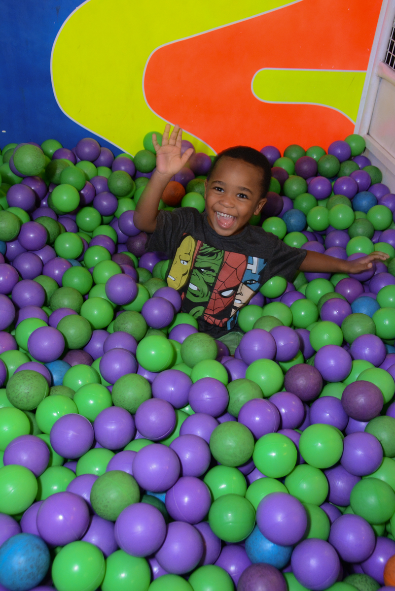 caindo na piscina de bolina no Buffet Fábrica da Alegria Morumbi, São Paulo, tema da festa Super Heróis, João Pedro 3 anos
