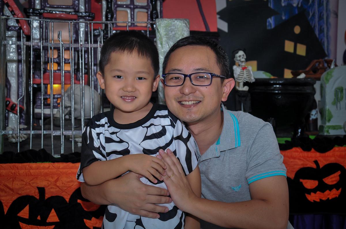 papai e filhinho posando para foto no Buffet Megauê, Moema, SP, festa de aniversário infantil de Eduardo 5 anos, tema da festa Weloween
