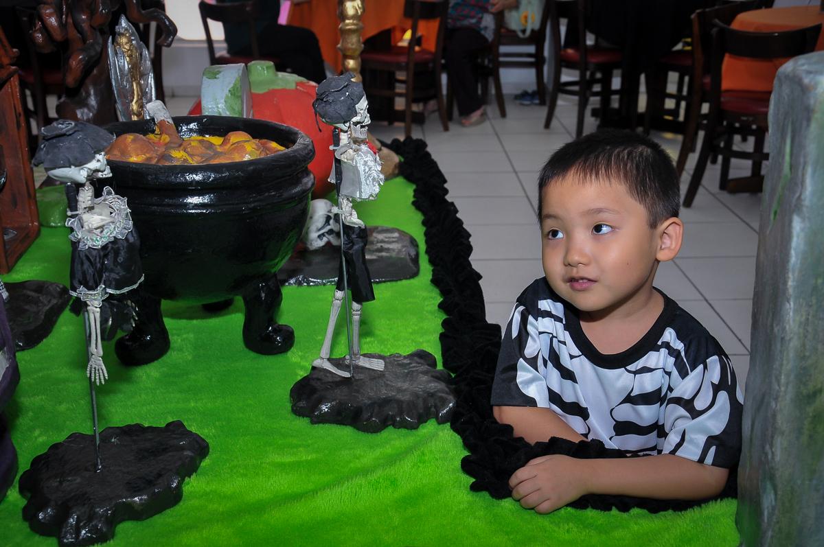 aniversariante admirando mesa decorada no Buffet Megauê, Moema, SP, festa de aniversário infantil de Eduardo 5 anos, tema da festa Weloween