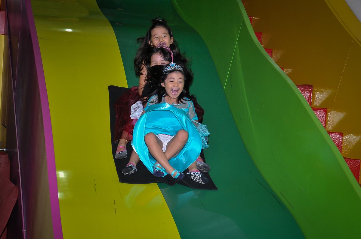 muita bagunça no escorregador no Buffet Megauê, Moema, SP, festa de aniversário infantil de Eduardo 5 anos, tema da festa Weloween