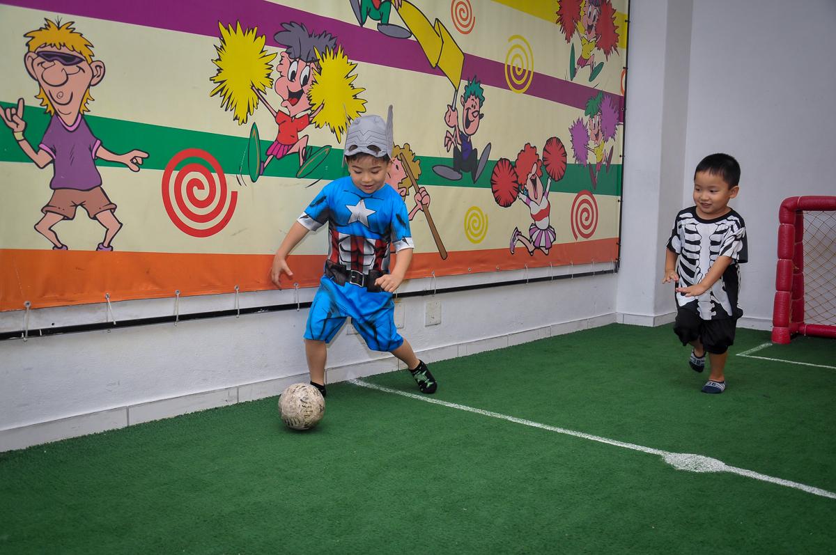 hora do jogo de futebol no Buffet Megauê, Moema, SP, festa de aniversário infantil de Eduardo 5 anos, tema da festa Weloween