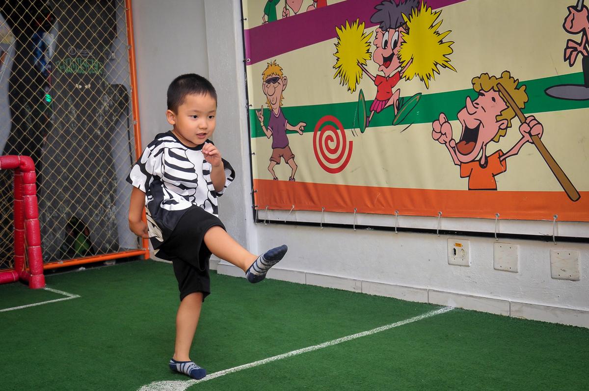futebol animado com muitos gols no Buffet Megauê, Moema, SP, festa de aniversário infantil de Eduardo 5 anos, tema da festa Weloween