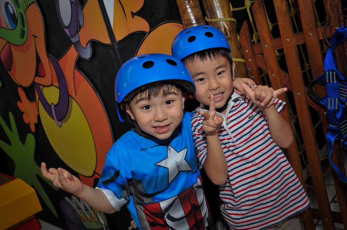 amigos subindo na tirolesa no Buffet Megauê, Moema, SP, festa de aniversário infantil de Eduardo 5 anos, tema da festa Weloween