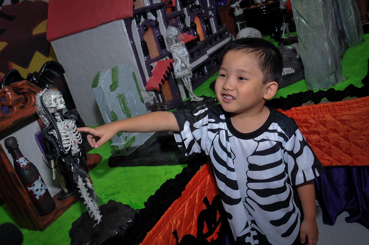 curtindo os jogos de game no Buffet Megauê, Moema, SP, festa de aniversário infantil de Eduardo 5 anos, tema da festa Weloween