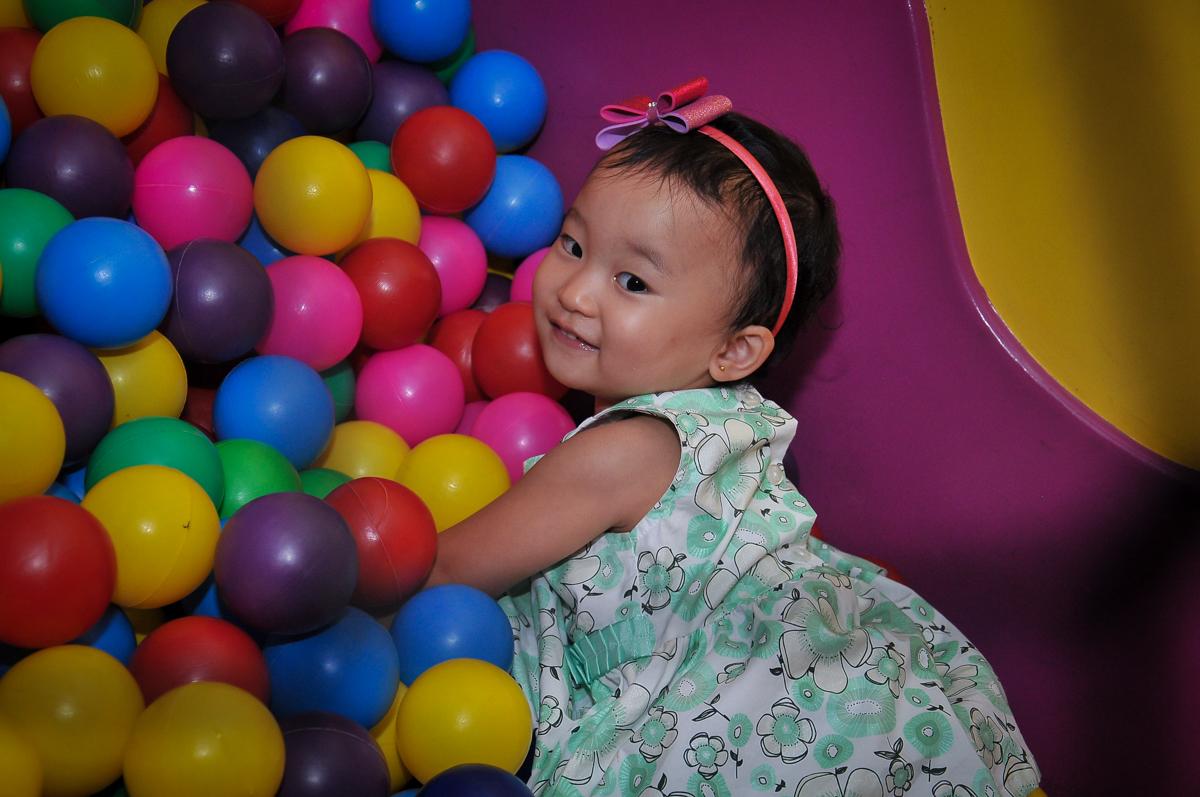 brincando na piscina de bolinhas no Buffet Megauê, Moema, SP, festa de aniversário infantil de Eduardo 5 anos, tema da festa Weloween