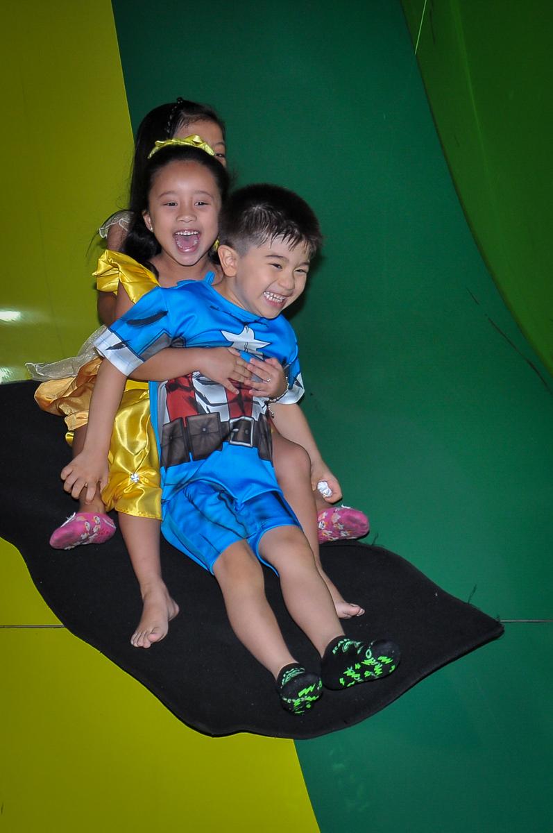 trenzinho no escorregador no Buffet Megauê, Moema, SP, festa de aniversário infantil de Eduardo 5 anos, tema da festa Weloween