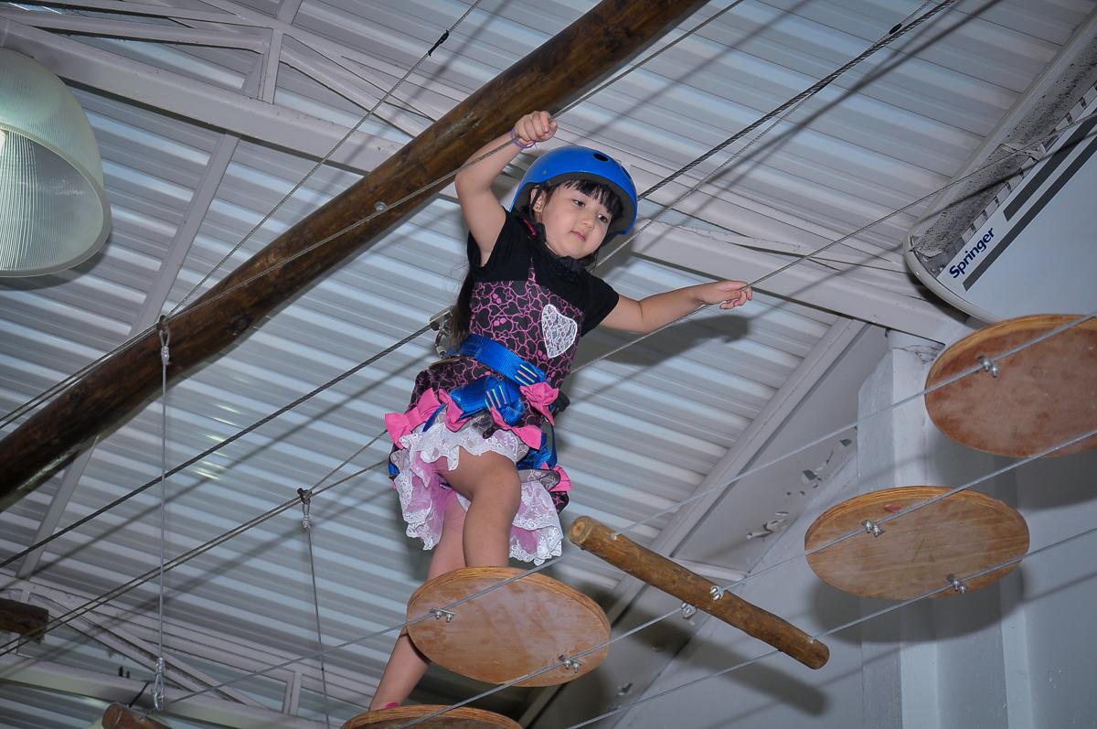 Tirolesa animada no Buffet Megauê, Moema, SP, festa de aniversário infantil de Eduardo 5 anos, tema da festa Weloween