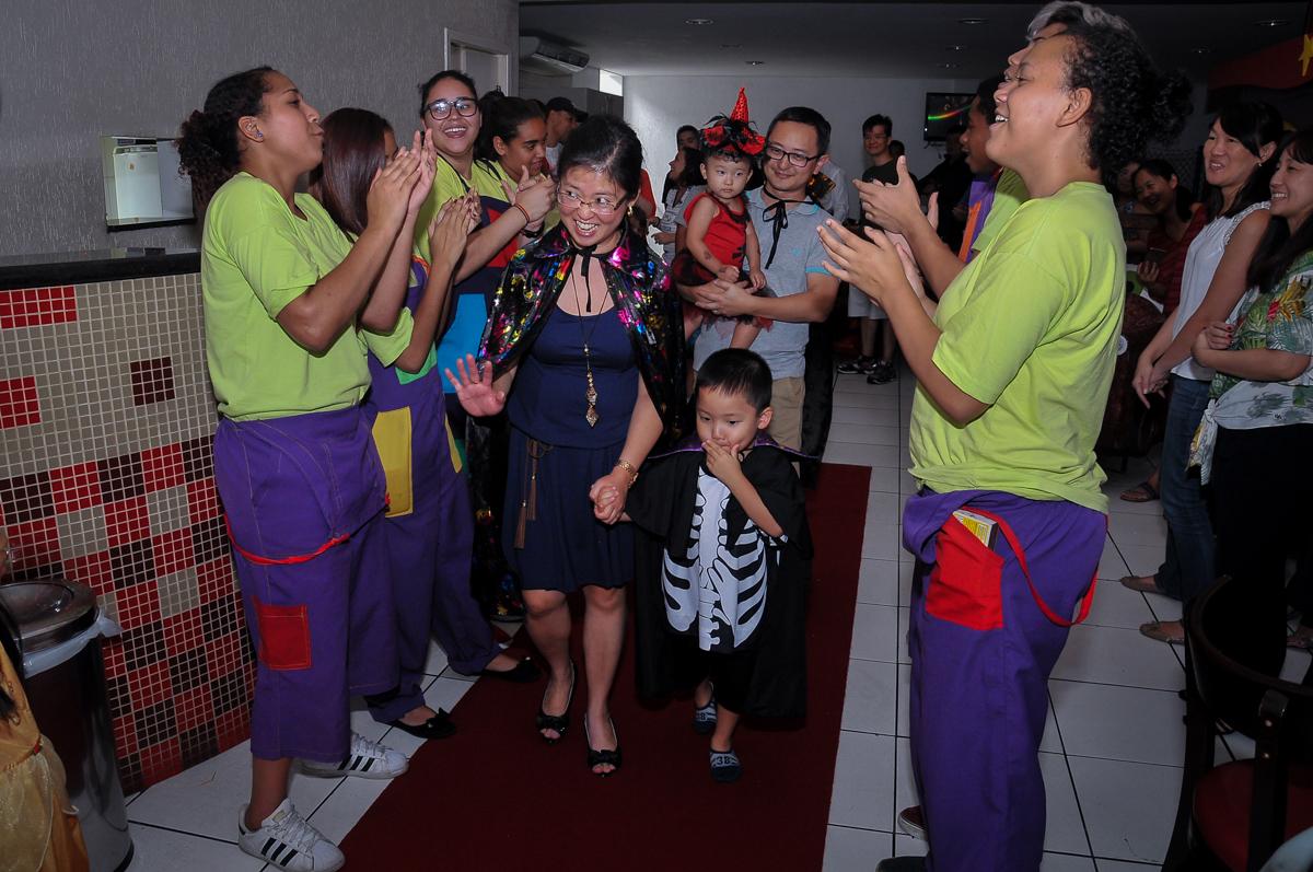 entrada para o parabéns no Buffet Megauê, Moema, SP, festa de aniversário infantil de Eduardo 5 anos, tema da festa Weloween