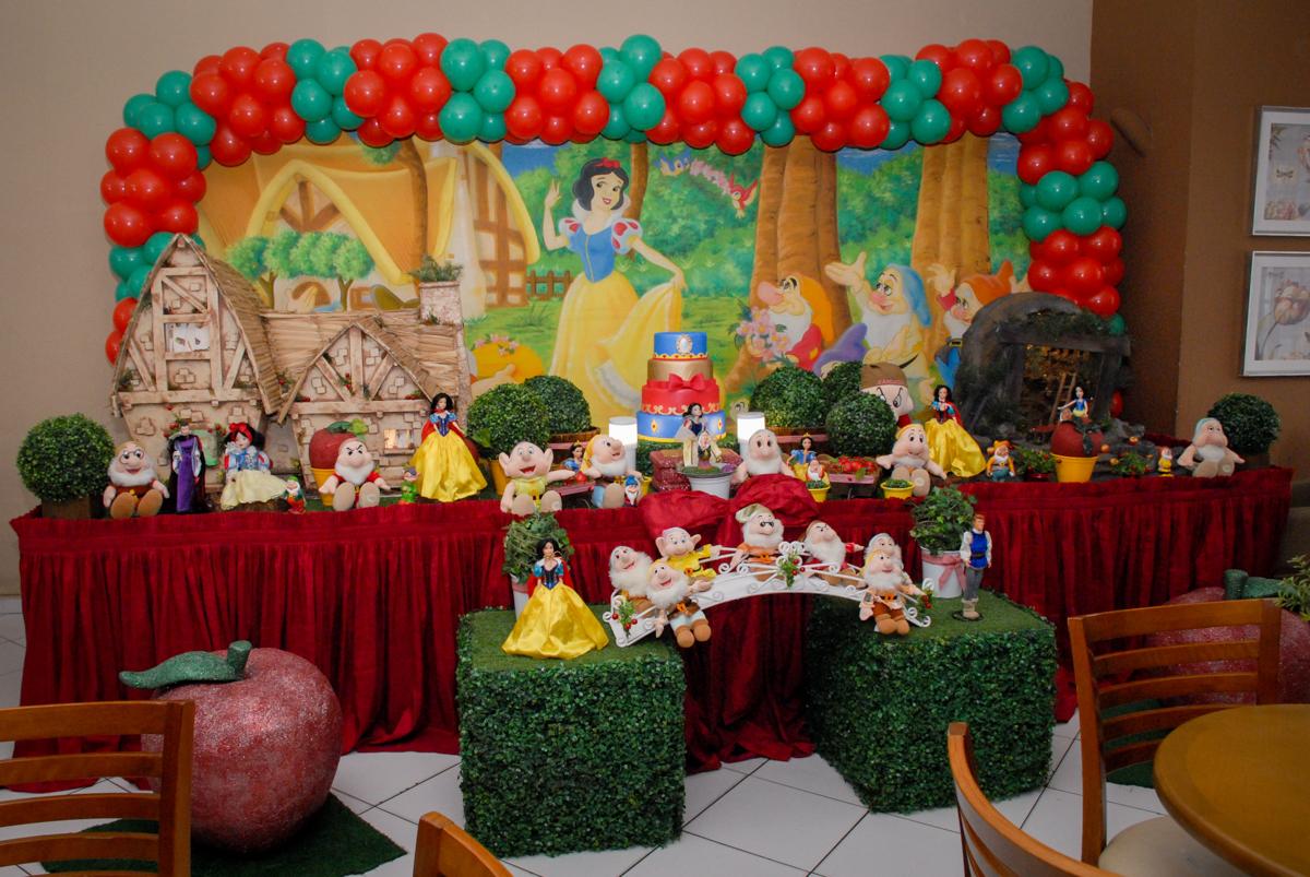 mesa decorada tema da festa no Buffet Viva Viva Vida, Bonfiglioli, Butantã, SP, festa infantil, niversário de Lívia 2 aninhos, tema da festa Branca de Neve