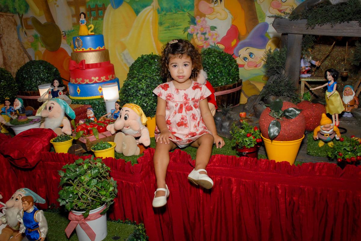 fotografia infantil feita na mesa decorada no Buffet Viva Viva Vida, Bonfiglioli, Butantã, SP, festa infantil, niversário de Lívia 2 aninhos, tema da festa Branca de Neve