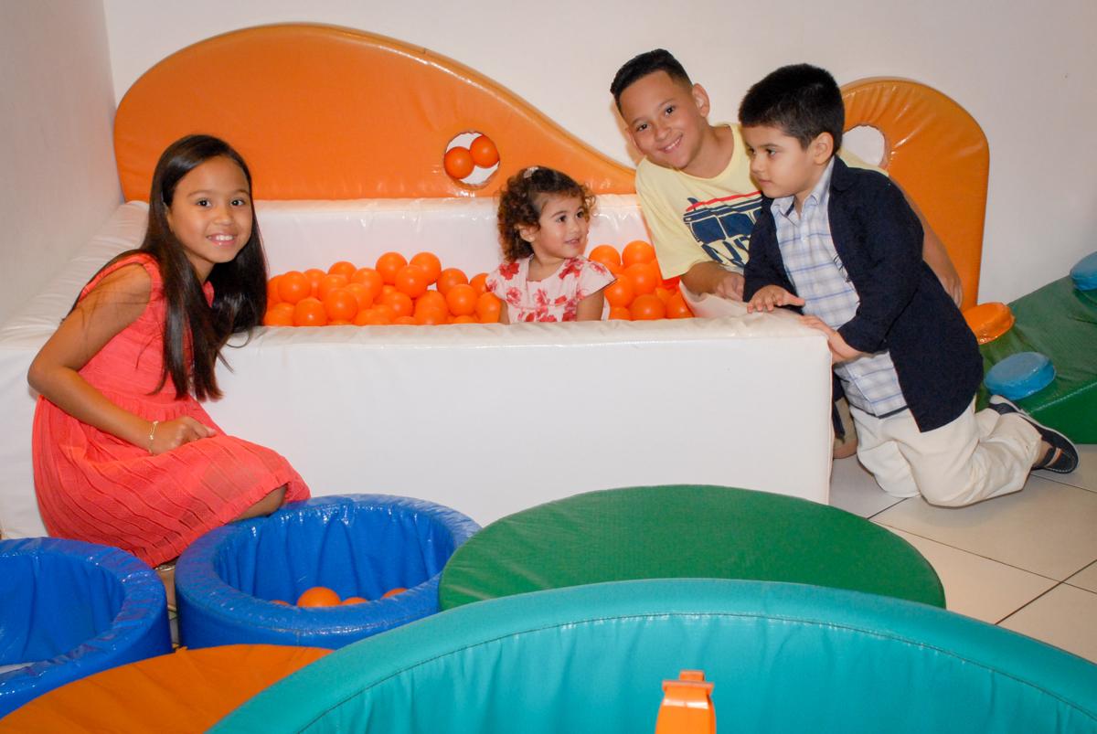 hora de brincar na piscina de bolina no Buffet Viva Viva Vida, Bonfiglioli, Butantã, SP, festa infantil, niversário de Lívia 2 aninhos, tema da festa Branca de Neve