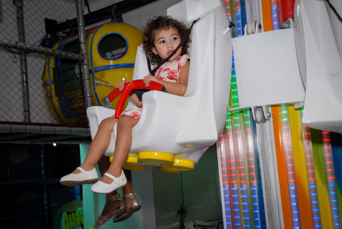 é muito bom brincar no elevador no Buffet Viva Viva Vida, Bonfiglioli, Butantã, SP, festa infantil, niversário de Lívia 2 aninhos, tema da festa Branca de Neve