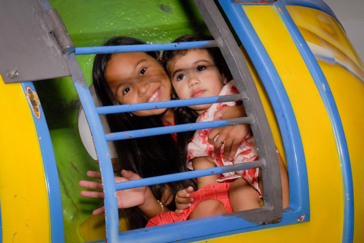 mais crianças brincam no elicóptero no Buffet Viva Viva Vida, Bonfiglioli, Butantã, SP, festa infantil, niversário de Lívia 2 aninhos, tema da festa Branca de Neve